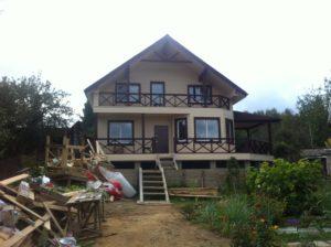 брусовой дом с террасой и балконом